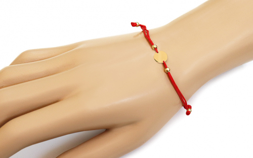 Red cord bracelet with gold plate - IZ10879M - on a mannequin