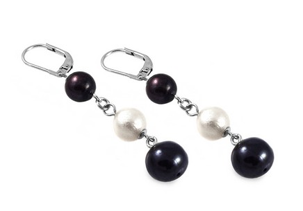 Women pearl earrings