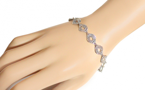 Silver bracelet with filigraned pattern - IS3865 - on a mannequin