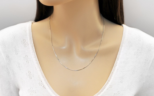Rhodium plated sterling Silver chain 1,5 mm - IS231 - on a mannequin
