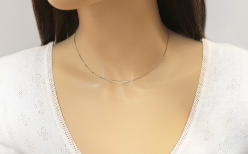 Silver cube chain 1 mm - IS970 - on a mannequin