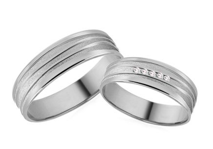 Wedding rings with zircons and decorative line