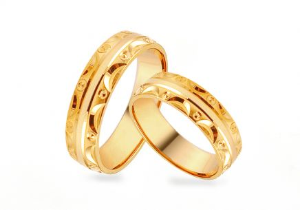 Gold wedding rings with pattern, width 5 mm